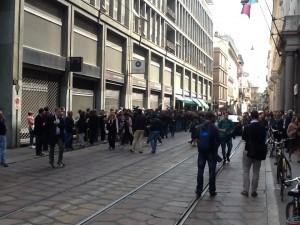 La folla di fotografi e cameramen in attesa di Renzi davanti alla Camera di Commercio.