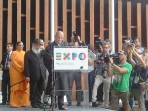 Il momento della firma della Carta di Milano